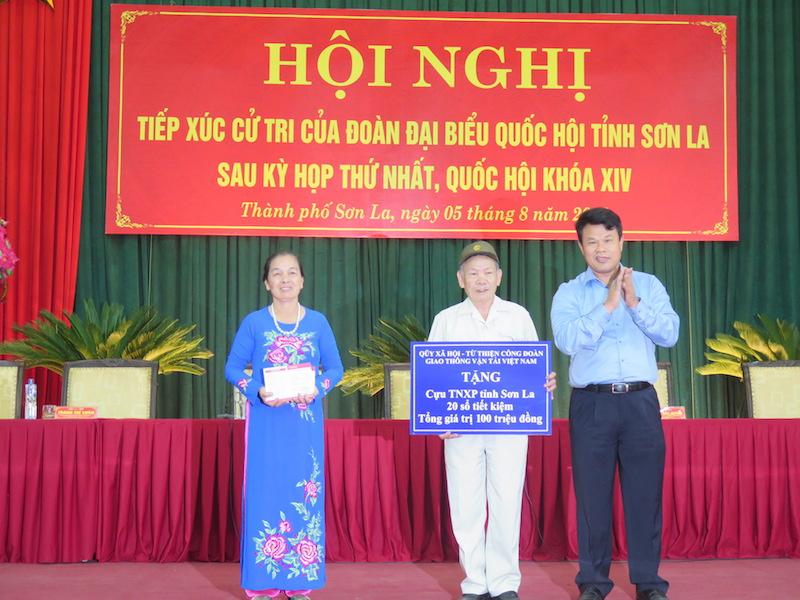 Công đoàn GTVT tặng 20 sổ tiết kiệm cho cựu TNXP Sơn La