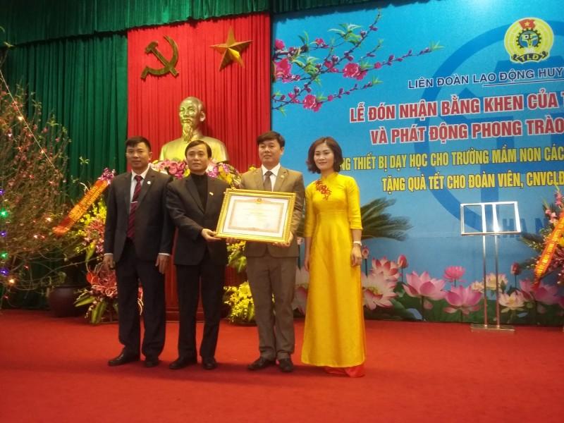 LĐLĐ huyện Chương Mỹ: Đón nhận Bằng khen của Thủ tướng Chính phủ