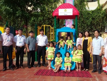 LĐLĐ TP Hà Nội tặng thiết bị đồ chơi cho Trường Mầm non thị trấn Xuân Mai