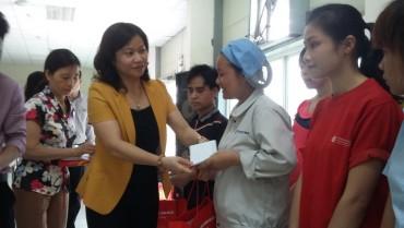 LĐLĐ TP Hà Nội trao trợ cấp cho CNLĐ có hoàn cảnh khó khăn