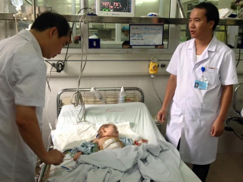 Phẫu thuật thành công bé trai 2 tuổi bị thủng ruột thừa do giun