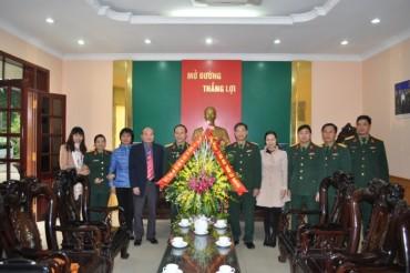 Thăm và tặng quà cán bộ, chiến sĩ các đơn vị thuộc Bộ tư lệnh Thủ đô