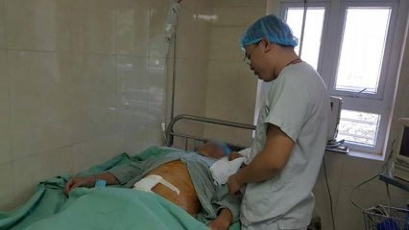 Phẫu thuật thành công cắt bỏ viên sỏi trong bàng quang nặng 500gram