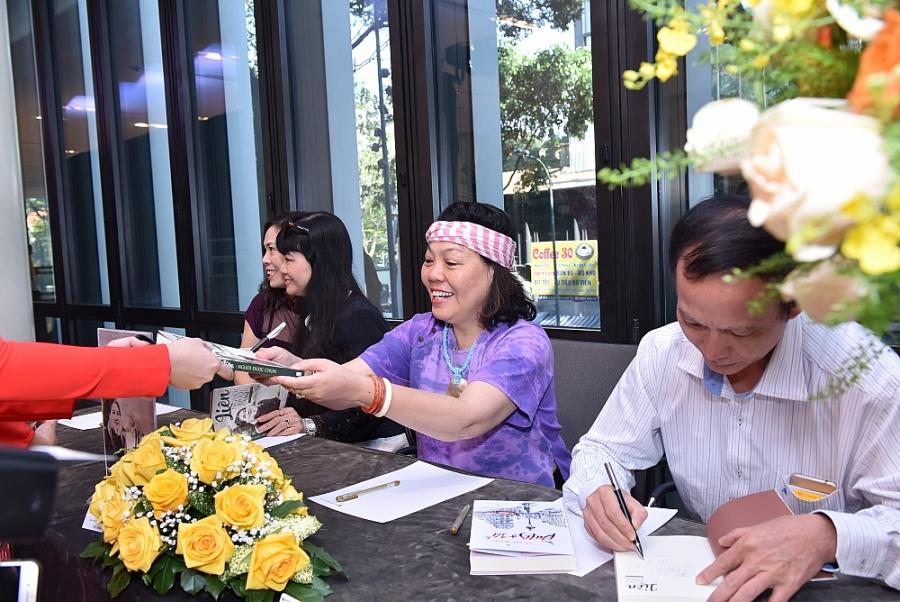 Nhà văn Y Ban và các cộng sự ký tặng sách cho các độc giả