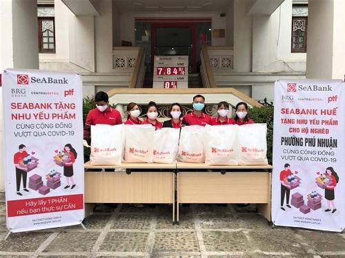 SeABank trao tặng hơn 16.000 suất quà cho người khó khăn bị ảnh hưởng bởi dịch Covid-19