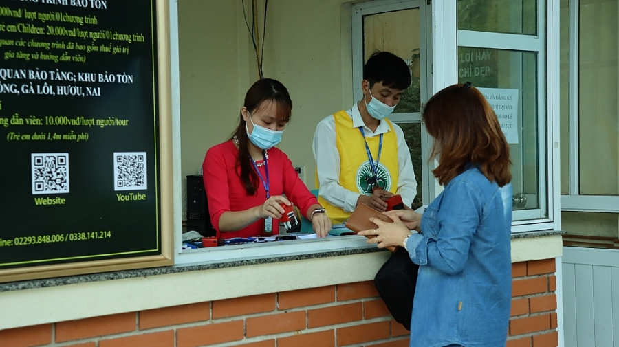 Du khách phải khai báo y tế, sát khuẩn và đeo khẩu trang trước khi làm thủ tục tham quan.