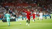 Lập hat-trick, Ronaldo xuất sắc giữ lại 1 điểm cho Bồ Đào Nha