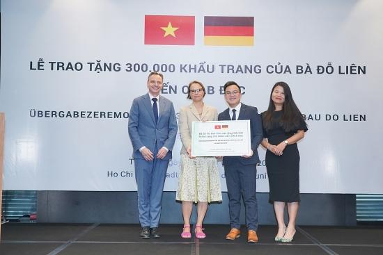 Bà Đỗ Thị Kim Liên trao tặng 300 ngàn khẩu trang tới nhân dân Cộng hòa Liên bang Đức