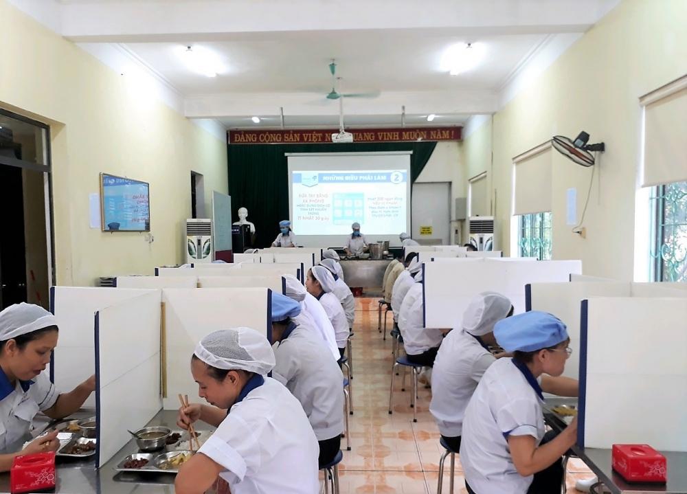 Thực hiện giãn cách khi ăn trưa tại một nhà máy của Masan