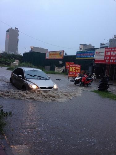 Đường phố Hà Nội tiếp tục ngập úng sau trận mưa lớn