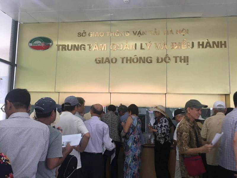 Người dân Hà Nội hồ hởi đi đăng ký thẻ xe buýt miễn phí