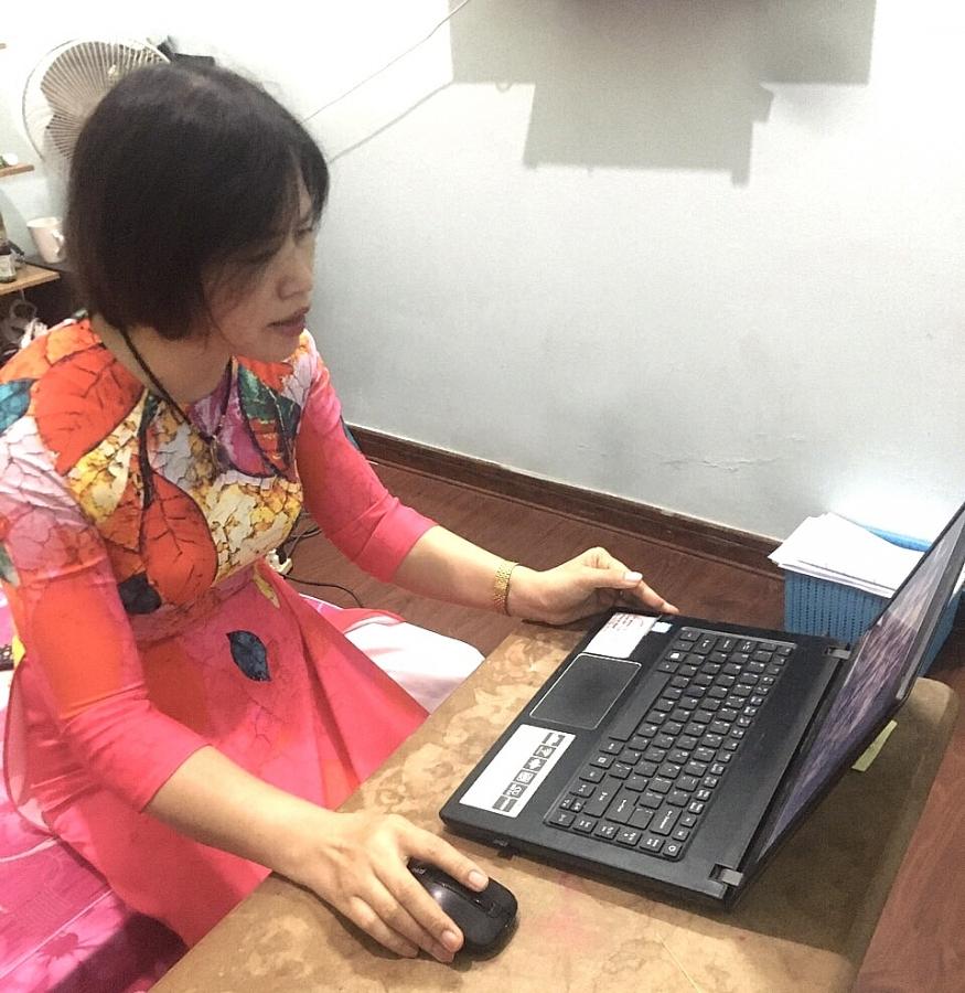 Sau buổi khai giảng, cô Nguyễn Thị Hồng Thiều - Giáo viên Chủ nhiệm lớp 1D, Trường tiểu học Văn Khê (Hà Đông) gặp gỡ, hướng dẫn các con bước vào lớp 1 cách thức học và làm quen với bài giảng online.