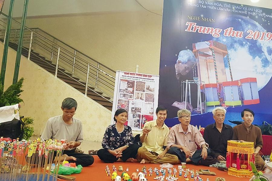 Ngày này 2 năm trước, anh Ngô Quý Đức (Trung tâm Nghiên cứu Phát triển nông thôn) cùng với những người nghệ nhân làng nghề, đang làm và gìn giữ các món đồ chơi dân gian truyền thống còn lại trong xã hội hiện đại ngày nay.