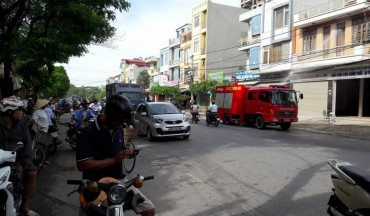 Cột điện bốc cháy dữ dội bên đường