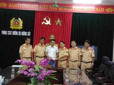 CSGT Thanh Hóa trao trả bọc tiền nhặt được cho chủ nhân