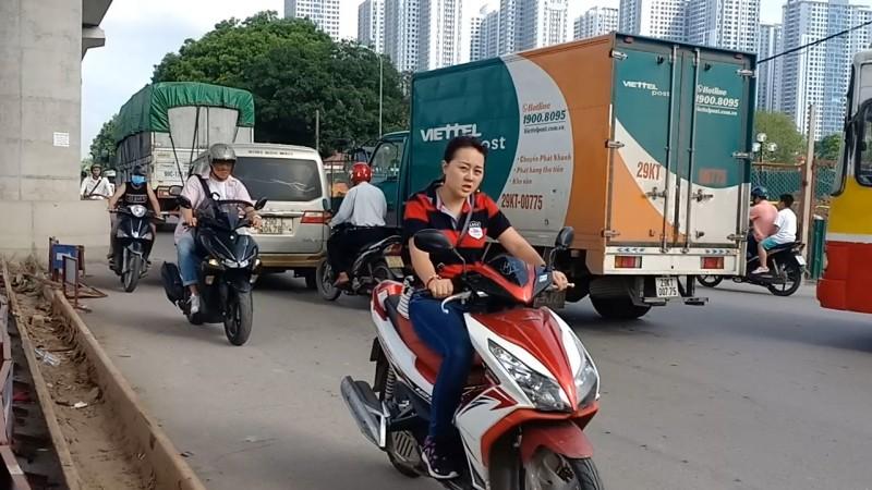 Hà Nội: Xe máy đua nhau chạy ngược chiều bất chấp nguy hiểm