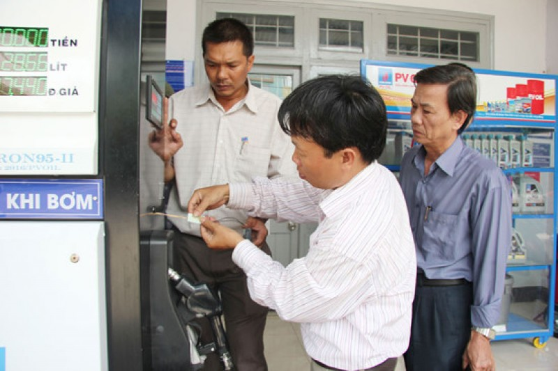 Hà Nội triển khai đồng loạt 61 đoàn dán tem xăng dầu