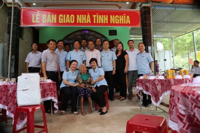 Bàn giao nhà tình nghĩa cho mẹ Việt Nam Anh hùng