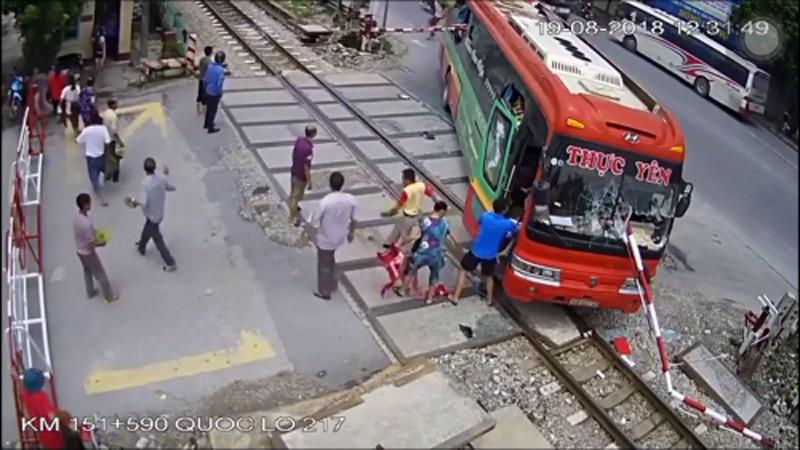 Hà Trung (Thanh Hóa): Nhà xe và lái xe khách đâm vào barie đường sắt bị phạt 15 triệu đồng