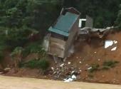 Quan Sơn (Thanh Hóa): Căn nhà 2 tầng đổ sập xuống sông Lò