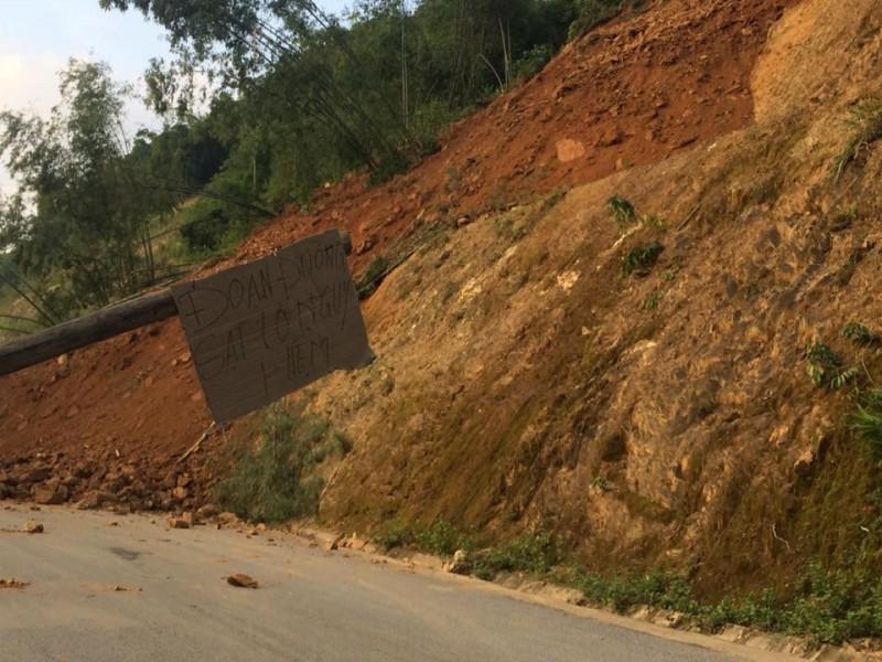 Sạt lở núi vùi lấp hàng trăm mét quốc lộ 15A