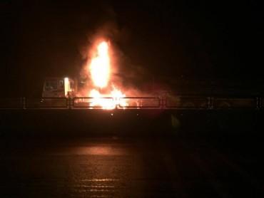 Xe chở cọc nhồi bê tông bốc cháy dữ dội trên QL1A
