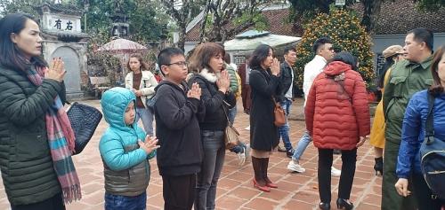 Du khách nô nức đi lễ đền Trần