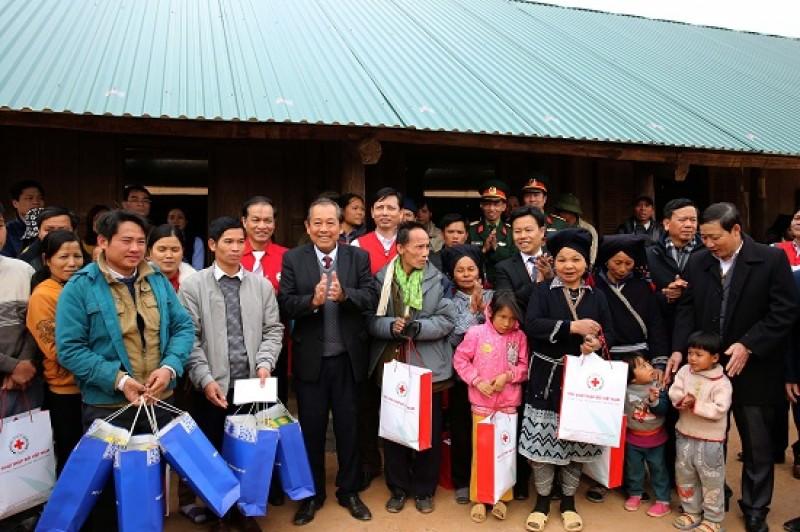 Phó Thủ tướng Thường trực Chính phủ thăm, chúc Tết nhân dân vùng lũ tỉnh Hòa Bình