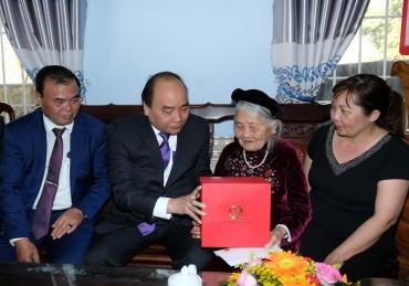Thủ tướng tặng quà Tết cho đồng bào Tây Nguyên