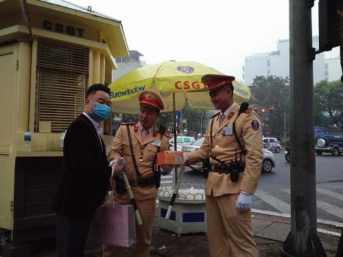 Cảnh sát giao thông phát khẩu trang cho người dân