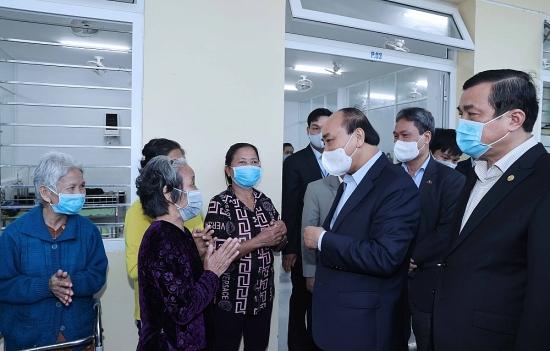Thủ tướng thăm và tặng quà Tết cho những người yếu thế tại Trung tâm Bảo trợ xã hội tỉnh Quảng Nam