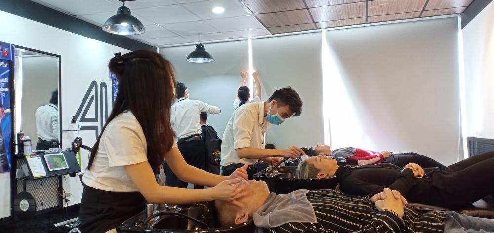 Cắt tóc cuối năm: Đông khách nhưng đảm bảo phòng, chống dịch