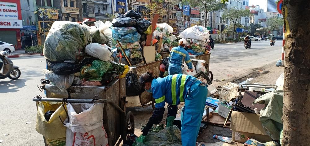 Công nhân môi trường miệt mài làm việc chiều 30 Tết