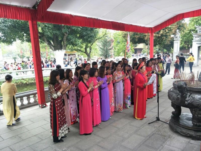 Câu lạc bộ Nữ công LĐLĐ huyện Phú Xuyên thăm quan các di tích lịch sử