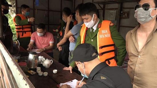 Xử lý nghiêm du khách chơi bài ở chùa Hương