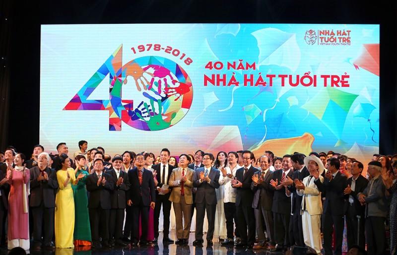 Phó Thủ tướng Vũ Đức Đam chúc mừng Nhà hát Tuổi trẻ