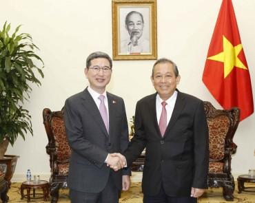 Phó Thủ tướng Trương Hòa Bình tiếp Thứ trưởng Thường trực Bộ Nội vụ Singapore