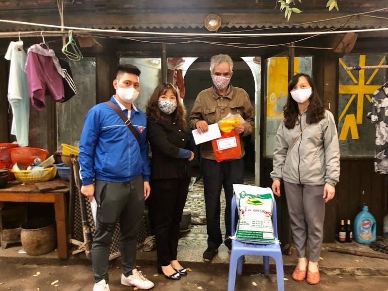 Phường Hàng Đào tặng quà cho các hộ nghèo nhằm phòng chống dịch Covid-19