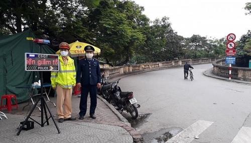 Kết hợp xử lý vi phạm an toàn giao thông với nhiệm vụ phòng, chống Covid-19
