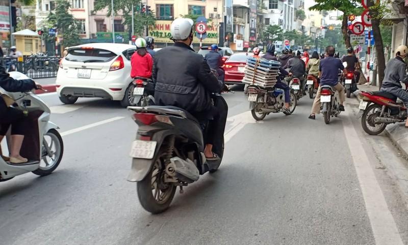 Mới nửa chặng đường cách ly xã hội, nhiều người Hà Nội đã chủ quan đổ ra đường