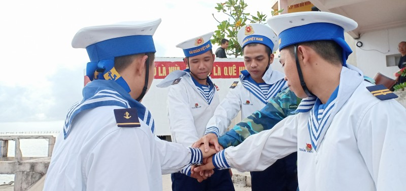 nhung phao dai vung chac giua bien khoi