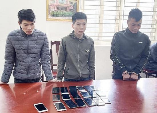 Bắt nhóm cướp giật điện thoại di động