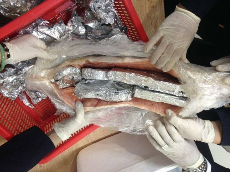 Giấu hàng cấm trong bụng cá hồi