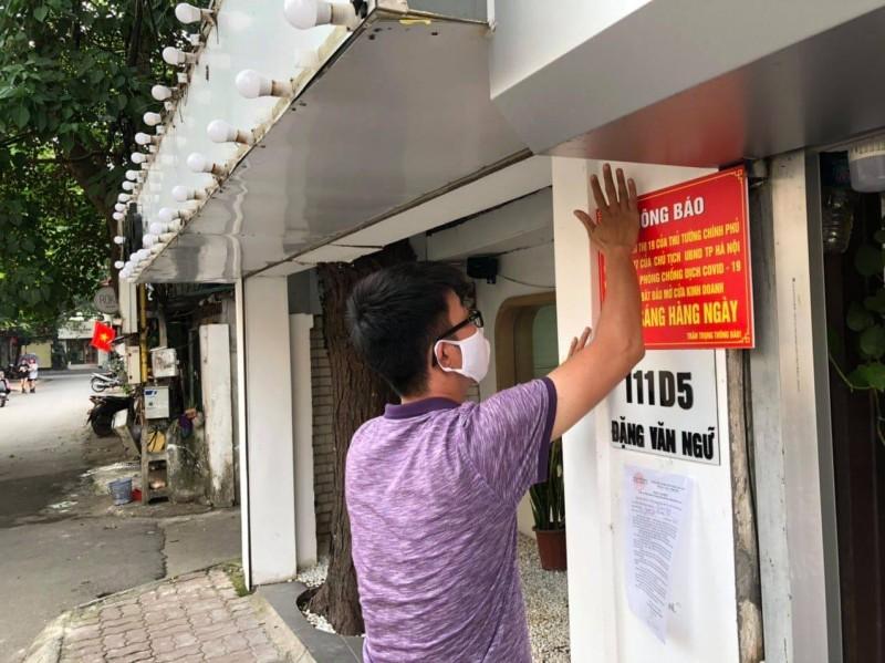 Nhiều cửa hàng đồng loạt dán thông báo, mở cửa từ 9h hàng ngày
