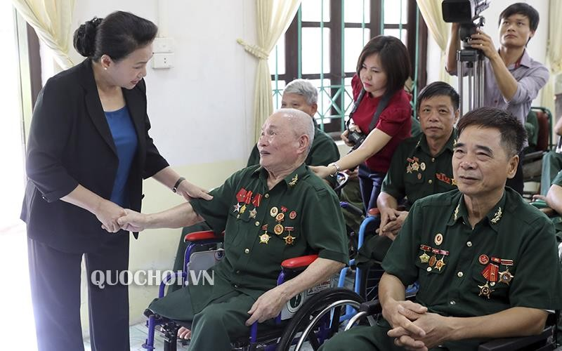 Chủ tịch Quốc hội Nguyễn Thị Kim Ngân thăm thương, bệnh binh ở Hà Nam