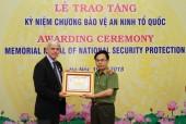 """Trao Kỷ niệm chương """"Bảo vệ an ninh Tổ quốc"""" cho phụ trách Văn phòng UNODC tại Việt Nam"""