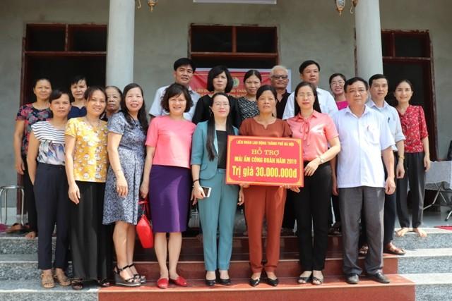 LĐLĐ huyện Phú Xuyên bàn giao hỗ trợ kinh phí Mái ấm Công đoàn