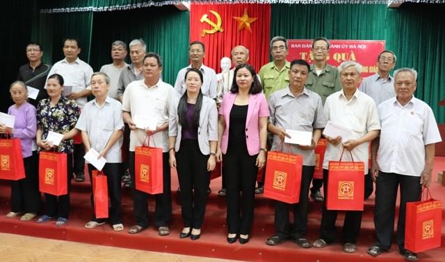 Ban Dân vận Thành ủy Hà Nội: Thăm, tặng quà các gia đình chính sách là đồng bào công giáo tại Phú Xuyên