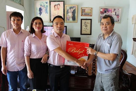 Ngân hàng chính sách xã hội huyện Phú Xuyên tặng quà các gia đình chính sách nhân dịp 27/7