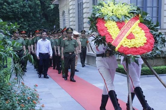 Công an thành phố Hà Nội dâng hương tưởng niệm các anh hùng liệt sĩ